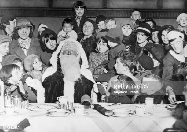 Dans une école anglaise le Père Noël est photographié au milieu des enfants au RoyaumeUni en décembre 1934