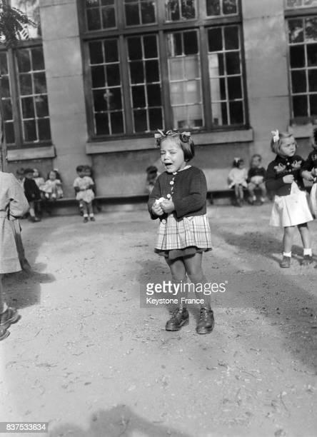 Dans une école maternelle une petite fille pleure dans la cour de récréation à Paris France en septembre 1946