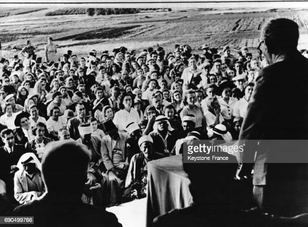 Dans une implantation juive un récital est donné et l'audience est constituée de Juifs et de leurs amis Arabes qu'ils ont invité en Palestine en 1947