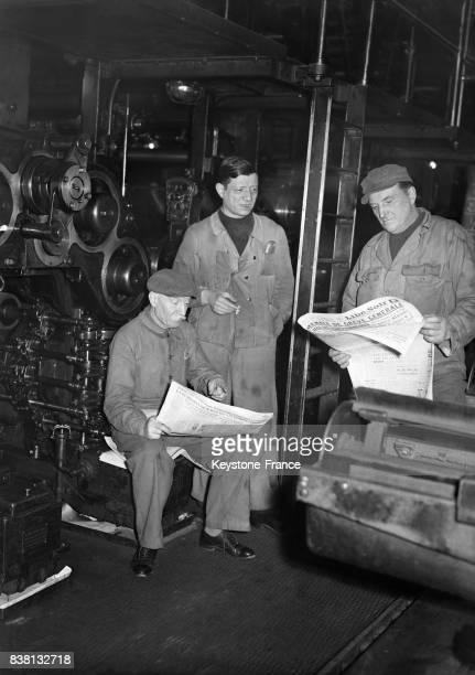 Dans une imprimerie de la capitale une équipe de rotativiste attend le mot d'ordre pour se remettre au travail en lisant les éditions que le public...