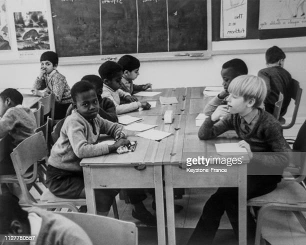 Dans une salle de classe deux enfants un Blanc et un Noir assis en face en Angleterre au RoyaumeUni le 8 mars 1968