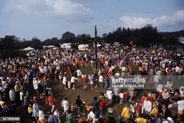 Danse collective lors de la fête de la SaintJean sur l'île d'Oland en juillet 1974 Suède