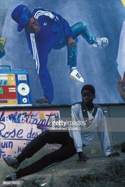 Danseur de Hip-hop sur une fresque dans la rue à Aulnay-sous-Bois, en Seine-Saint-Denis, France.