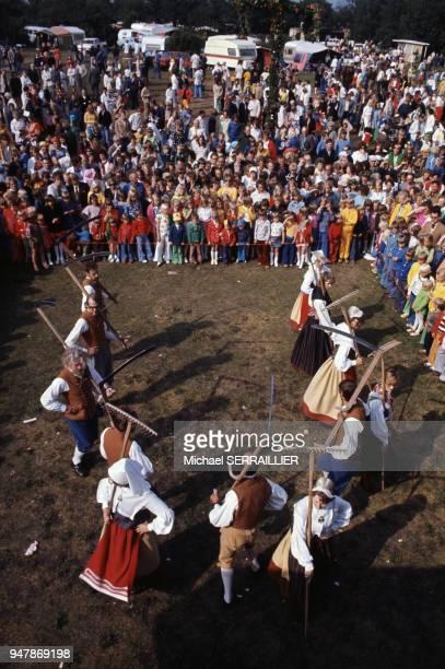 Danseur en costume traditionnel lors de la fête de la SaintJean sur l'île d'Oland en juillet 1974 Suède