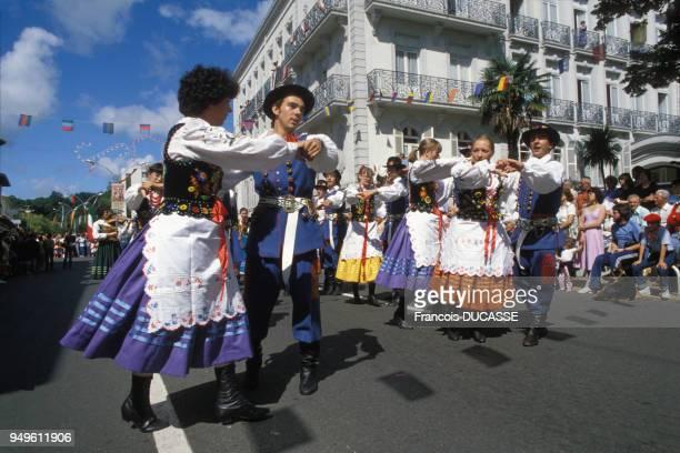 Danseurs dans la rue pendant les férias de Dax dans les Landes France