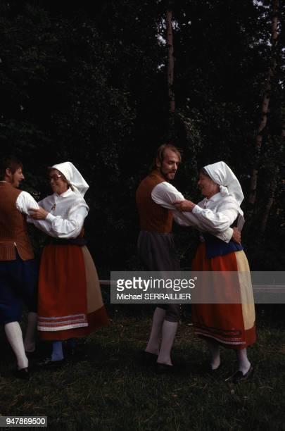 Danseurs en costume traditionnel lors de la fête de la SaintJean sur l'île d'Oland en juillet 1974 Suède