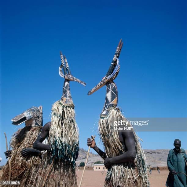 Danseurs traditionnels Kurumba portant des cimier d'antilope Adone à Arbinda Burkina Faso