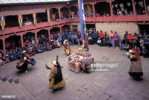 Danseuses traditionnelle lors du festival Mani Rimdu dans le monastère de Tengboche en 1995 Népal