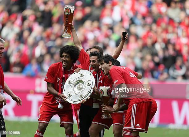 Dante Claudio Pizarro Javier Javi Martinez mit Meisterschale FC Bayern München feirt die 23 deutsche Meisterschaft Fussball Bundesliga FC Bayern...