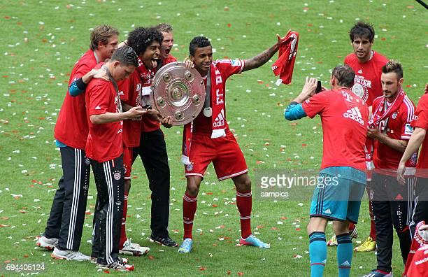 Dante FC Bayern München mit Meisterschale Luiz GUSTAVO FC Bayern München 1 Bundesliga Fussball FC Bayern München FC Augsburg 30 Deutscher Fussball...