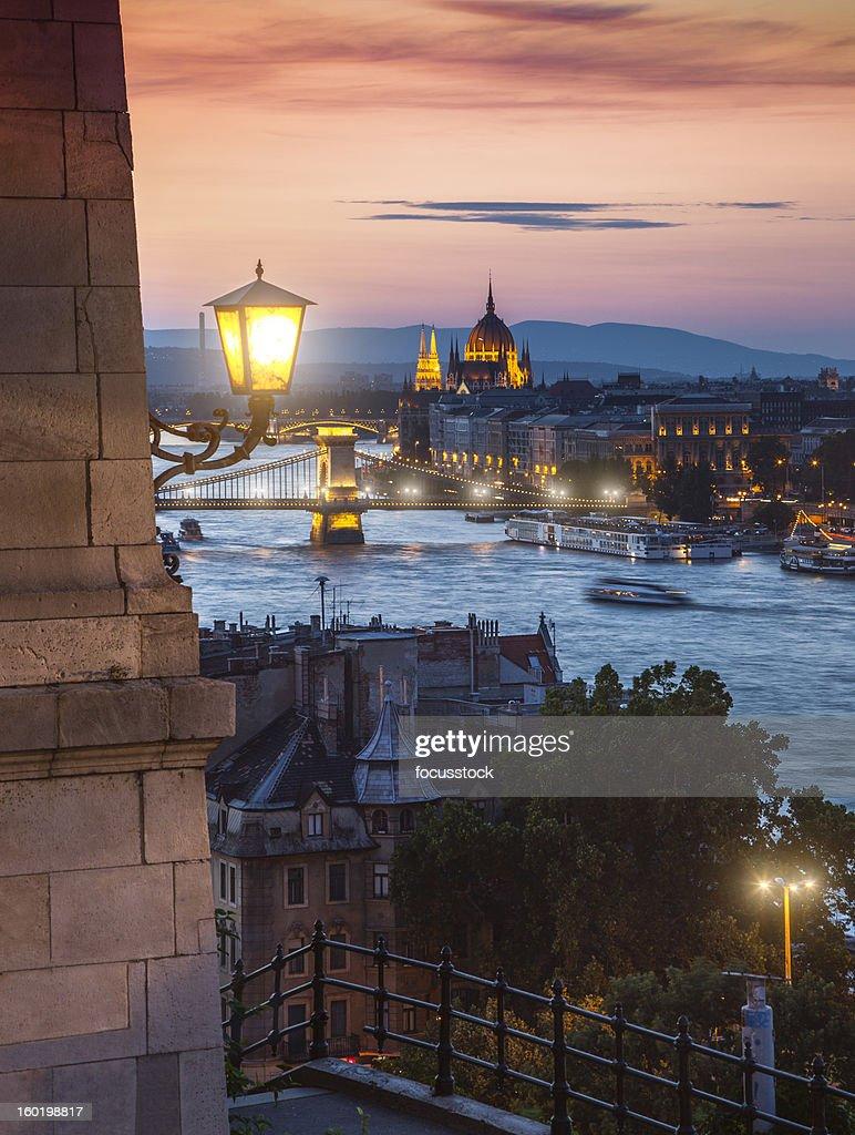 Rio Danúbio, Budapeste à noite : Foto de stock