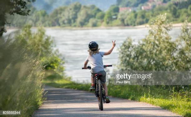 danube's wachau valley , bike ride, austria - friedenszeichen handzeichen stock-fotos und bilder