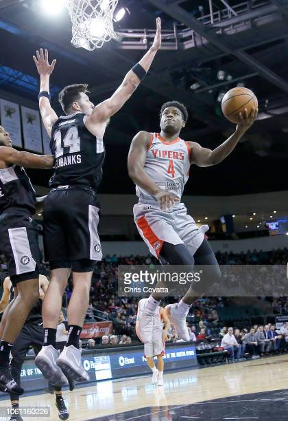 Danuel House of the Rio Grande Valley Vipers drives to the basket against Drew Eubanks of the Austin Spurs during a NBA GLeague game on November 13...
