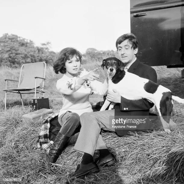 Dany Carrel et Jean Lefebvre avec un chien dans une scène tournée près de Rambouillet en France le 22 octobre 1966