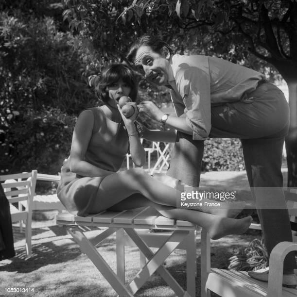 Dany Carrel et Jean Lefebvre croquant une pomme à Cannes France le 6 mai 1967