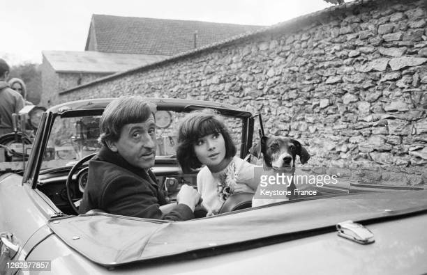 Dany Carrel et Jean Lefebvre dans une voiture avec un chien dans une scène tournée près de Rambouillet en France le 22 octobre 1966
