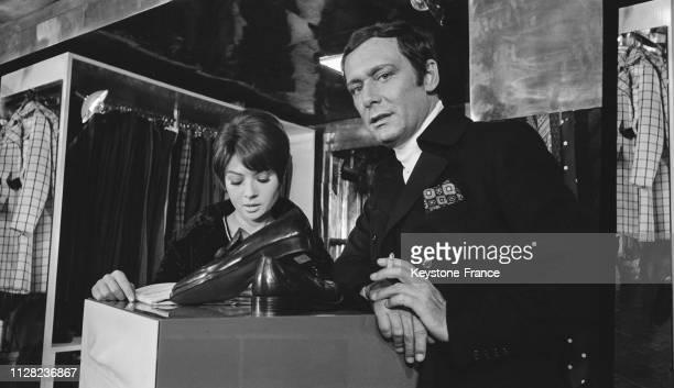 Dany Carrel et Maurice Ronet dans une scène du film de Eric Le Hung chez le couturier Ted Lapidus à Paris France le 14 octobre 1968