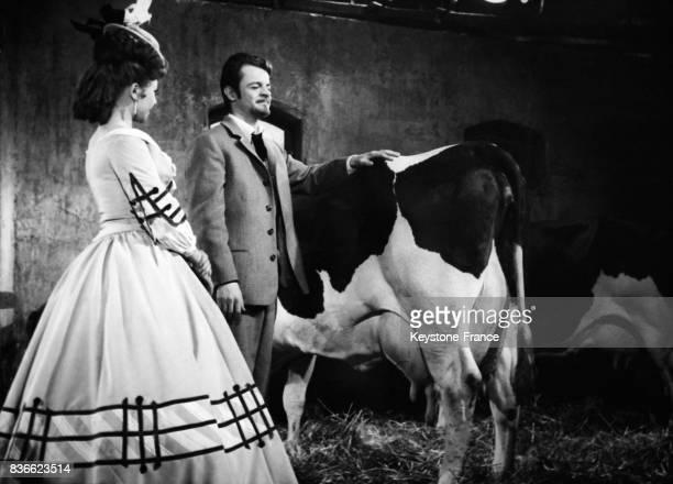 Dany Carrel et Serge Reggiani jouant le rôle d'un aveugle lors du tournage du film 'La fille d'Elisa' réalisé par Roger Richebé en France le 17 mai...