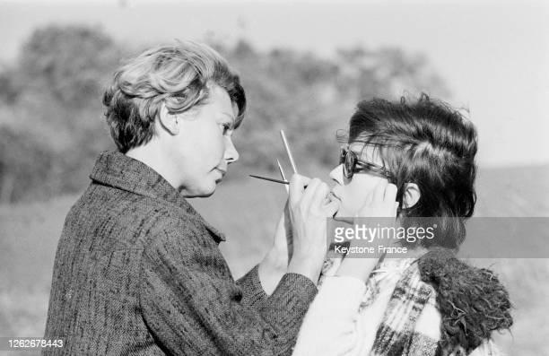 Dany Carrel se faisant maquiller avant une scène en France le 22 octobre 1966