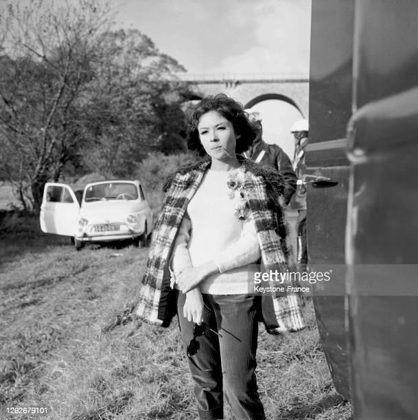Dany Carrel une fleur à la bouche dans une scène tournée près de Rambouillet en France le 22 octobre 1966
