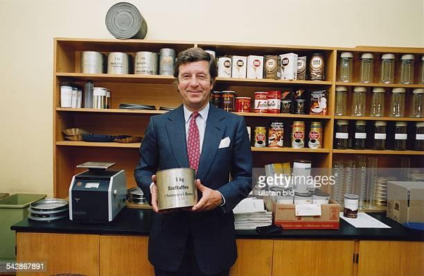Darboven Albert *Unternehmer DGeschaeftsfuehrer und Inhaber des Kaffeehandelshauses JJ Darboven Halbportrait in einem Kaffeegeschaeft mit einer...