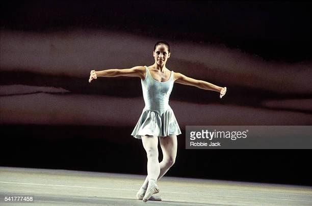 darcy bussell in the royal ballet production of mr worldy wise - robbie jack stock-fotos und bilder