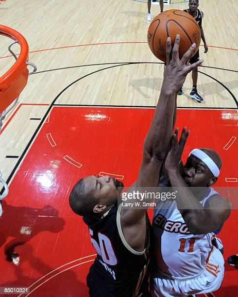 Darian Townes of the Erie Bayhawks tries to block a shot against Curtis Stinson of the Iowa Energy on February 23 2009 at Wells Fargo Arena in Des...