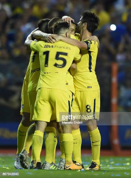 Dario Benedetto of Boca Juniors celebrates with teammates Nahitan Nandez Cristian Pavon Edwin Cardona Pablo Perez and Leonardo Jara after scoring the...