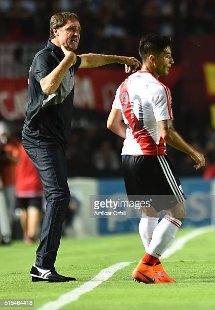 Dario Franco head coach of Colon gives instructions to his players during a match between Colon and River Plate as part of Torneo de Transicion 2016...