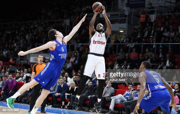 Darius Miller #21 of Brose Bamberg competes with Cedi Osman #6 of Anadolu Efes Istanbul during the 2016/2017 Turkish Airlines EuroLeague Regular...