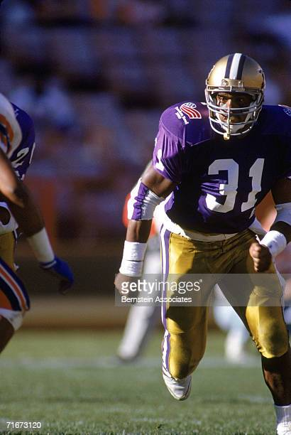 ac7ef2c21 Darius Turner of the Washington Huskies runs the ball against the Florida  Gators during the 1989
