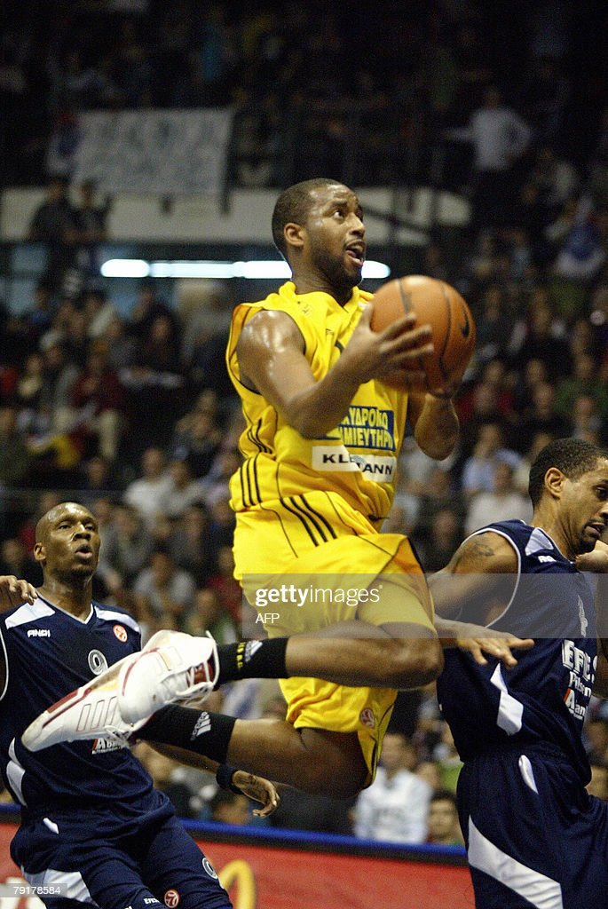 Darius Washington of Aris TT goes to score against Efes Pilsen Istanbul during their Euroleague Group B basketball match at the Abdi Ipekci Sport Hall in Istanbul, 23 January 2008. AFP PHOTO / Sezayi ERKEN