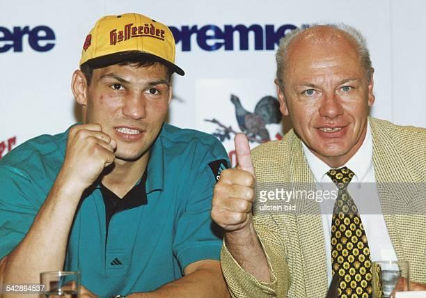 Dariusz Michalczewski zusammen mit dem Hamburger BoxPromotor KlausPeter Kohl bei einer Pressekonferenz anlässlich des BoxFights Michalczewskis gegen...