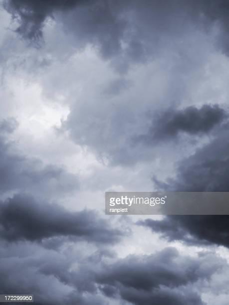 Dunkle und dramatische Wolken