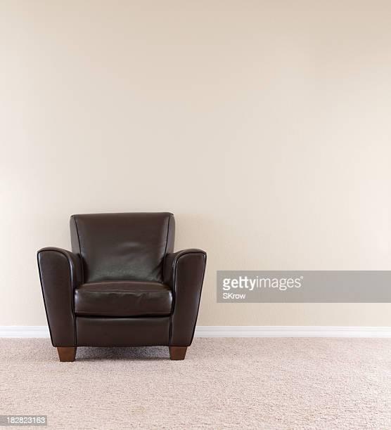 ダークブラウンのレザー製の椅子