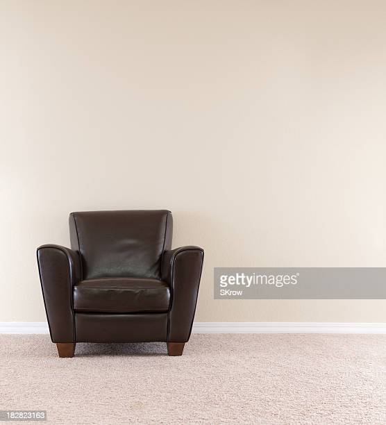 Cadeira de couro marrom escuro
