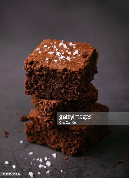 dark chocolate brownie with salt - cris cantón photography fotografías e imágenes de stock