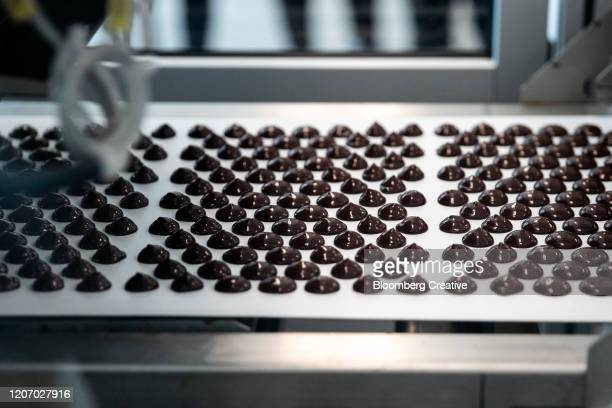 dark chocolate - chocolate factory stock pictures, royalty-free photos & images