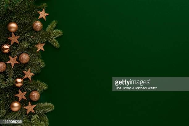 dark christmas background with fir tree and gold decor. top view with copy space - weihnachten hintergrund stock-fotos und bilder