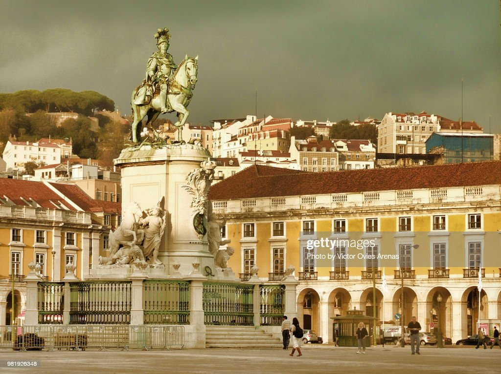 Dark clouds over Praça do Comercio Square in downtown Lisbon (Baixa), Portugal : Foto de stock