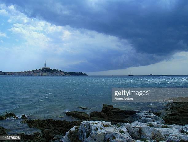 dark clouds over rovinj - frans sellies stockfoto's en -beelden