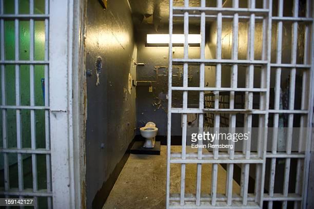 dark empty prison cell - gevangeniscel stockfoto's en -beelden