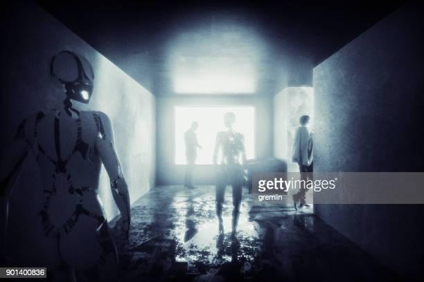 Sombre couloir futuriste avec les gens et les cyborgs