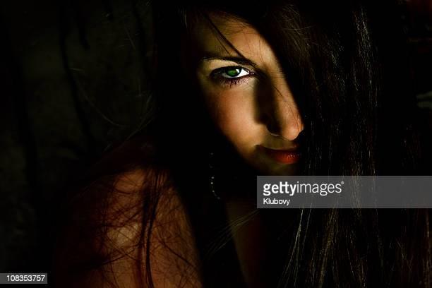 dunkle mädchen - sexy girls stock-fotos und bilder