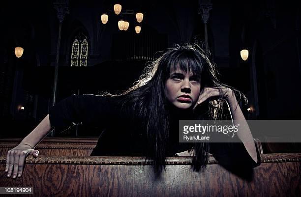Gótico oscuro mujer en la antigua catedral espeluznante