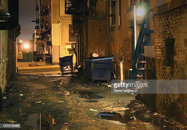 Oscuridad enérgico interior de la ciudad urbana Alley