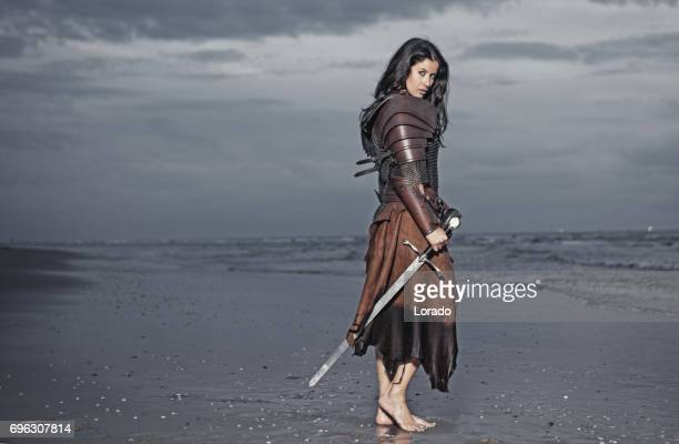 Mörka Haired Vikingakvinnan i havet vid skymning