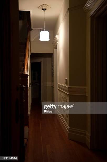 couloir foncé - couloir photos et images de collection