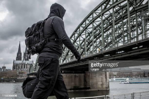 dunkle kapuze terrorfigur in köln - terrorismus stock-fotos und bilder
