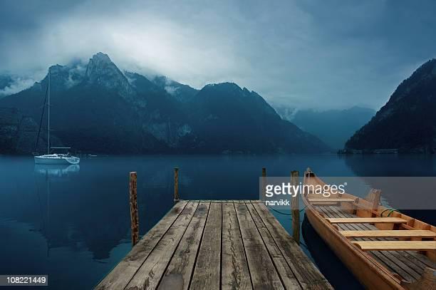 dunkle see lake - vertäut stock-fotos und bilder
